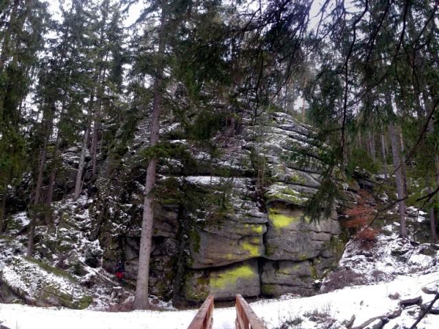 Der Steg über dem Kamp bei der riesigen Steingruppe