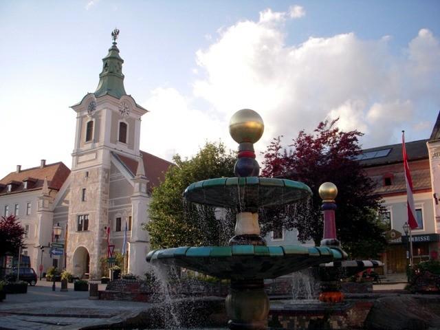 """Hundertwasserbrunnen mit """"Altem Rathaus"""""""