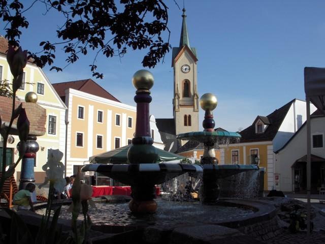 Stadtpfarrkirche mit Hundertwasserbrunnen