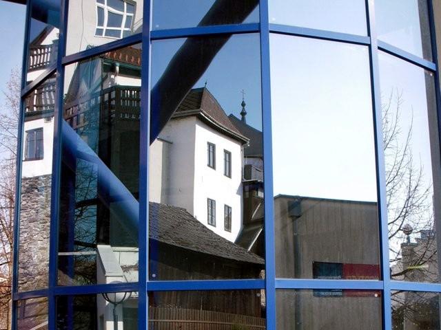 Glasfassade der Parkgarage