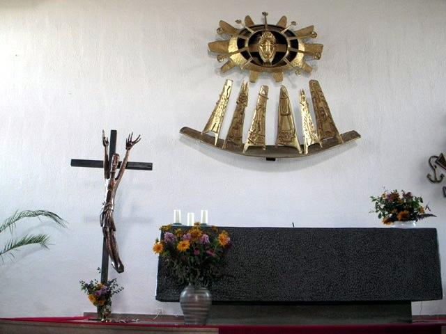 Altar mit Auferstehungskreuz