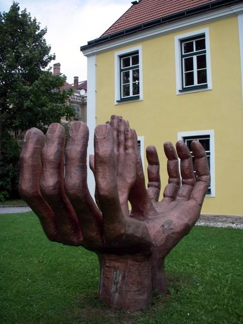 """""""Helfende und schützende Hände"""" von Johannes Prinz"""