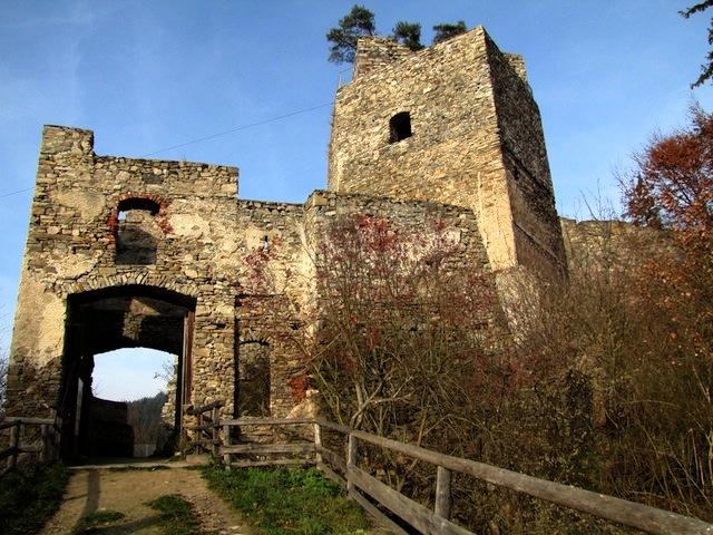 Ruine Dobra Zugang Kampseite