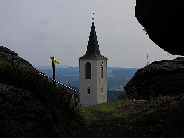 Der Kirchturm vom Wachtstein aus gesehen