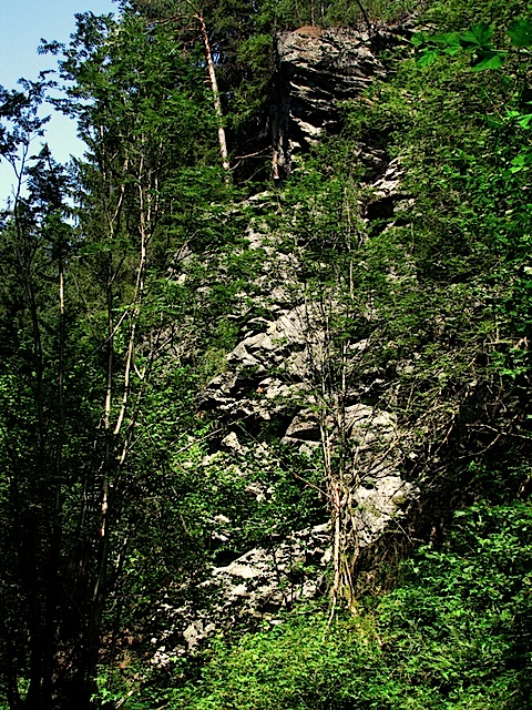 Felswand beim Ufer