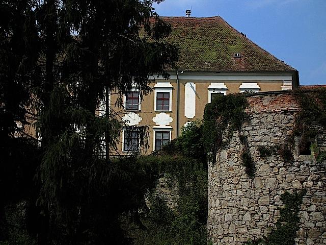 Stadtmauer mit Schloss