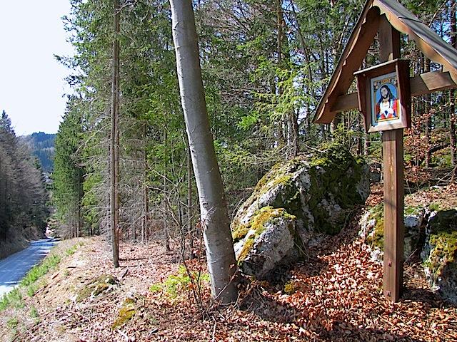 Holzkreuz vor Schönbach