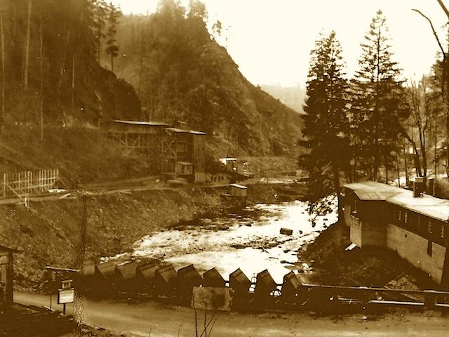 Der Staudamm im Bau