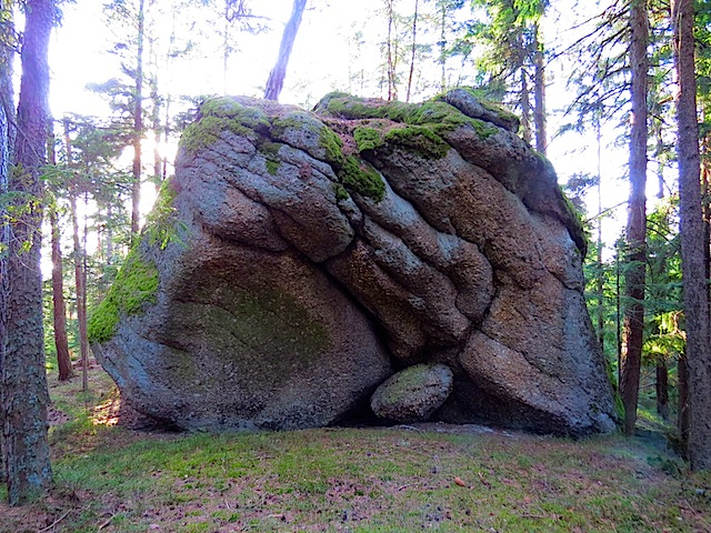 Steinhöhle mit Feuerstelle
