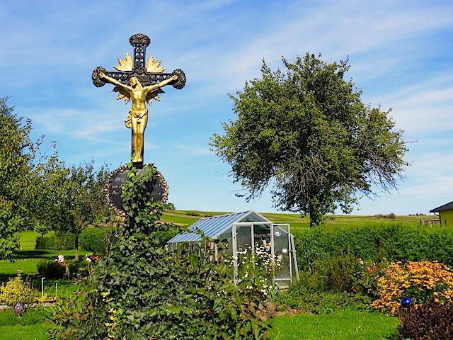 Eisenkreuz im Garten