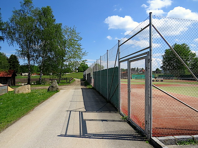 Beim Tennisplatz