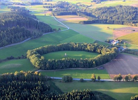 Naturdenkmal Eichenhain um den Bismarkturm in Schloss Rosenau (48.60657, 15.06818)