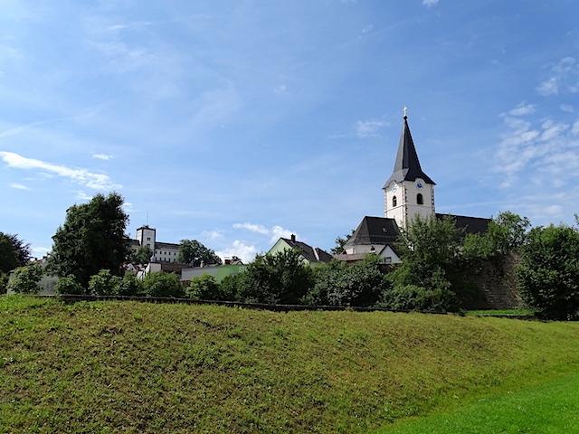 Stadtpfarrkirche und Schloss